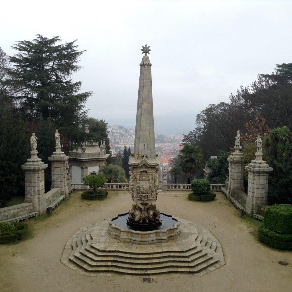 """""""Fuente de los Gigantes"""" , gran obelisco sostenido por cuatro grandes esculturas de cuyas bocas salen chorros de agua"""