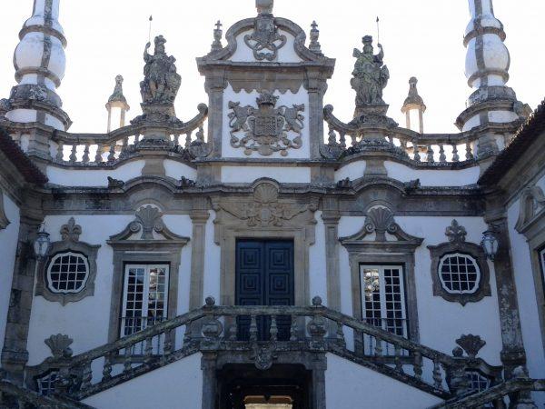 Viaja a Portugal, Casa Mateus Fachada principal con el escudo de la familia, balaustradas, curvas  y pináculos