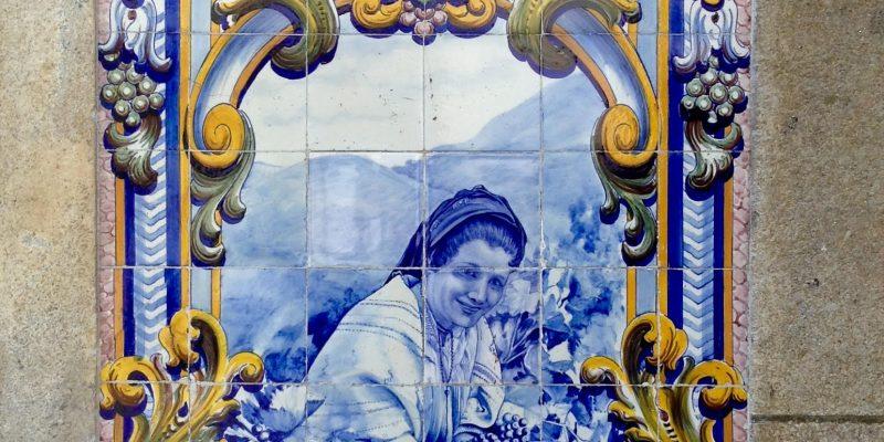 está cubierta por 25 paneles de azulejos que representan el ciclo de producción del vino, desde