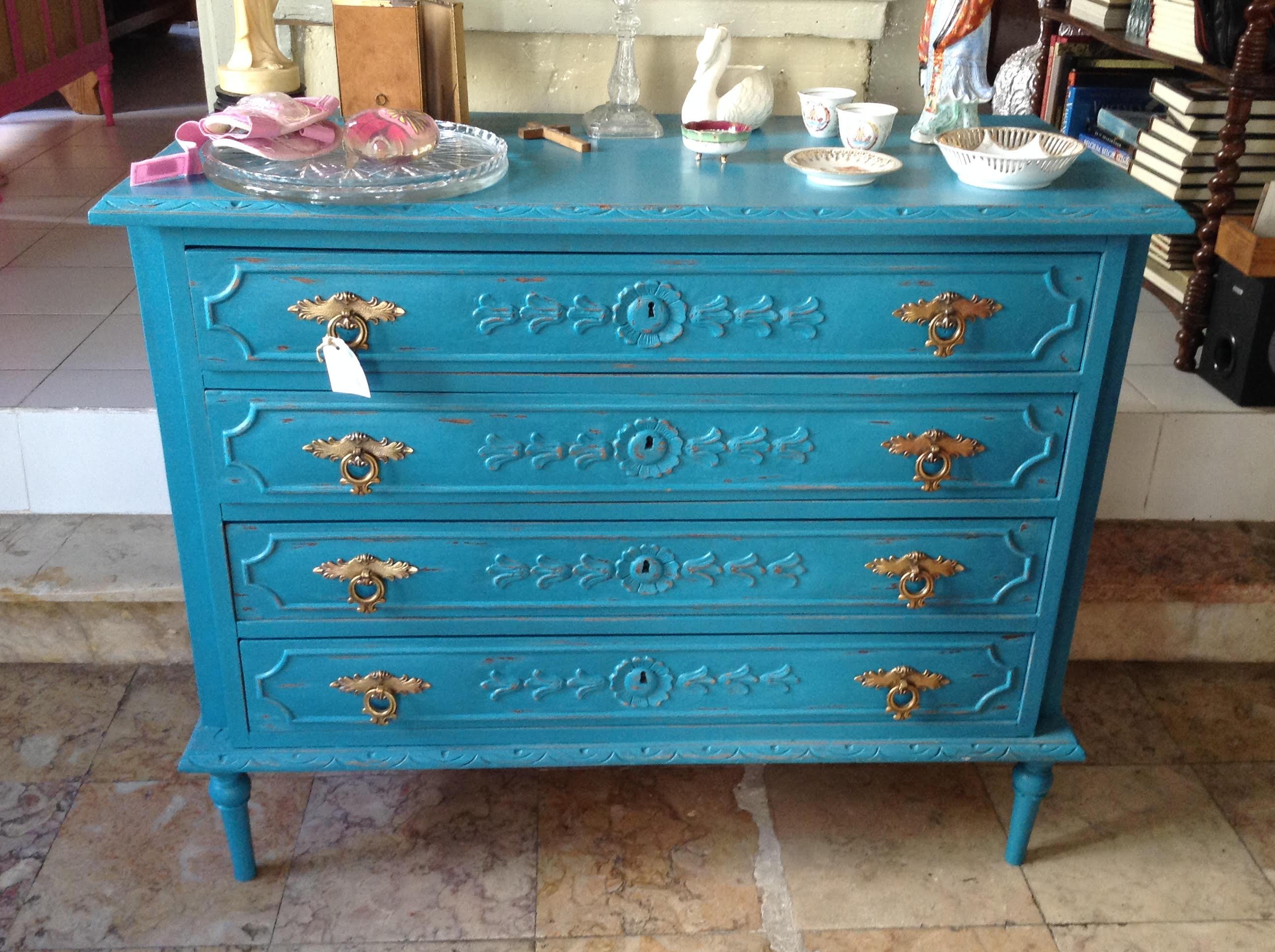 comoda antigua pintada en azul turquesa. brocanterie vintage de corazon campo de ourique