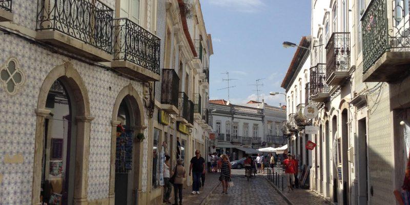 """""""Un casco antiguo a ambos lados del río Gilão de calles estrechas y empedradas con casas de brillantes azulejos"""""""