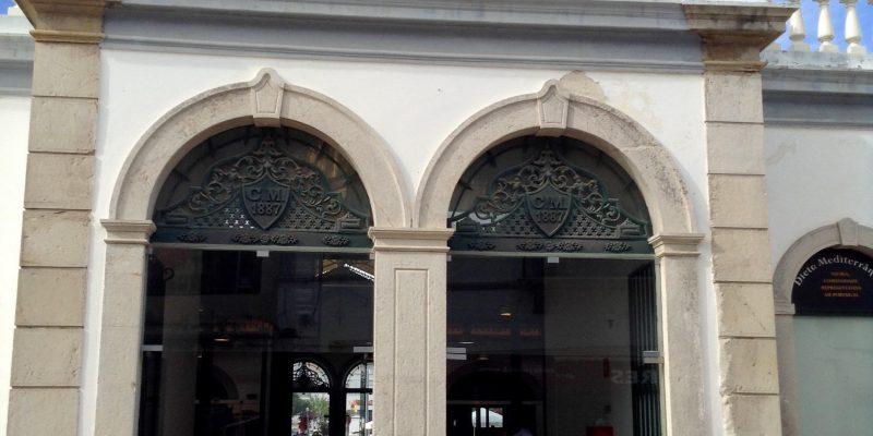 """""""El antiguo Mercado da Ribeira creado a finales del siglo XIX, fue restaurado en 2001 y hoy alberga una serie de tiendas y restaurantes."""""""