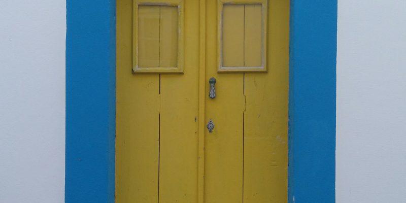 Casas pintadas en colores primarios que dan vida
