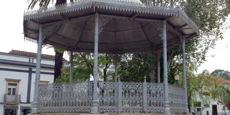 """""""Un estanque con peces de colores y tortugas rodea el templete de Sebastiao Leiria en el Parque de Tavira"""""""