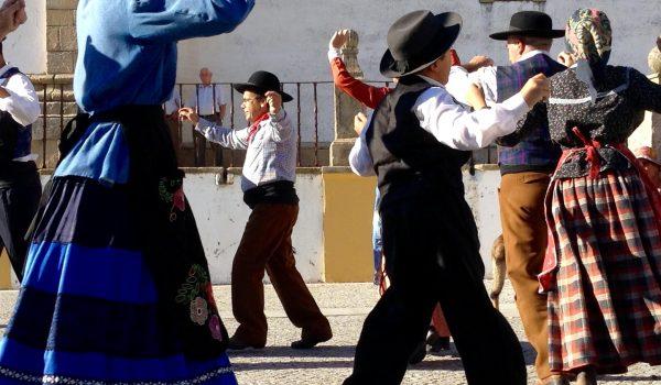 Bailando en redondela en la Desfolhada de Castelo de Vide