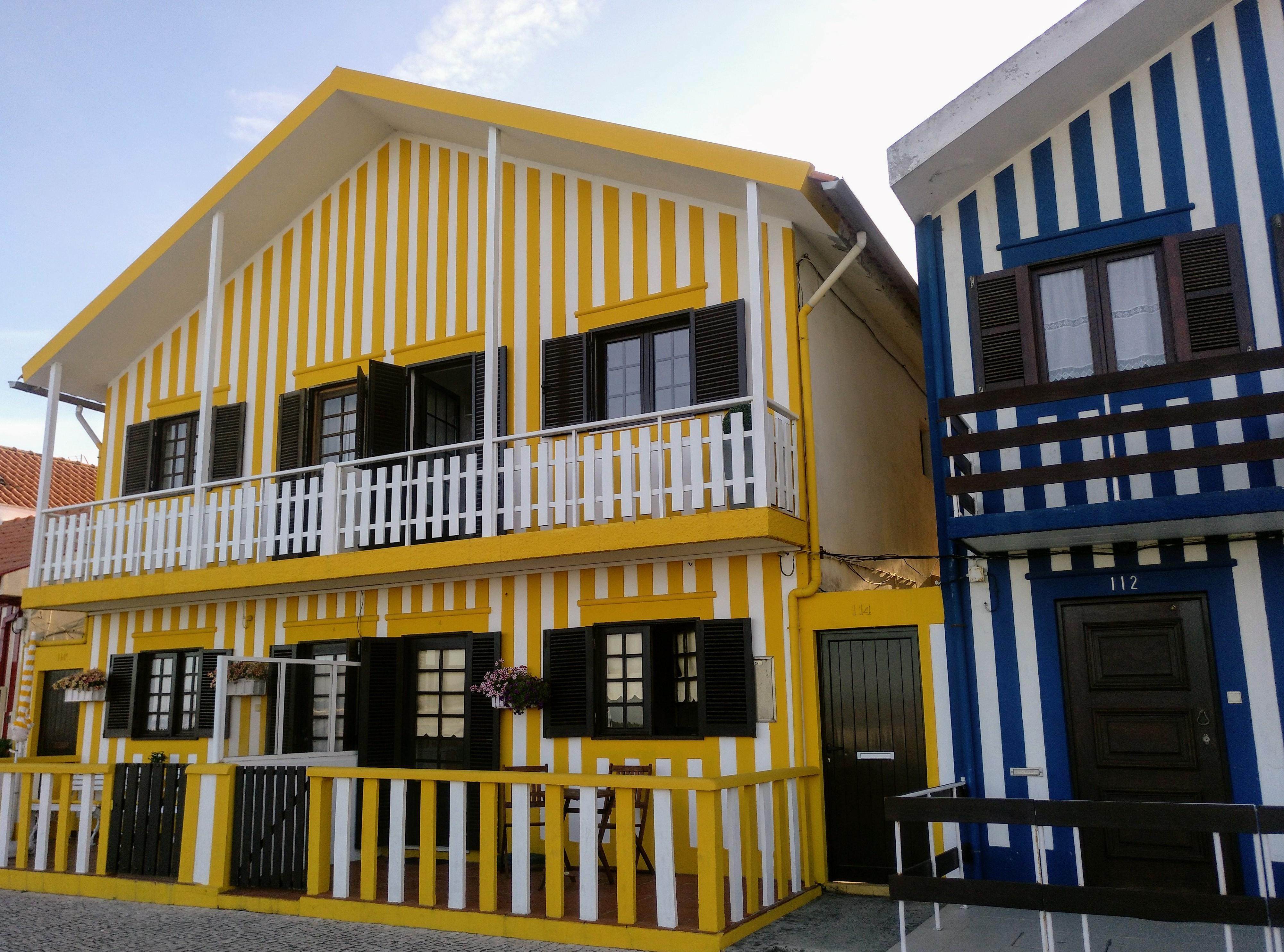 casa amarilla y azul rayas