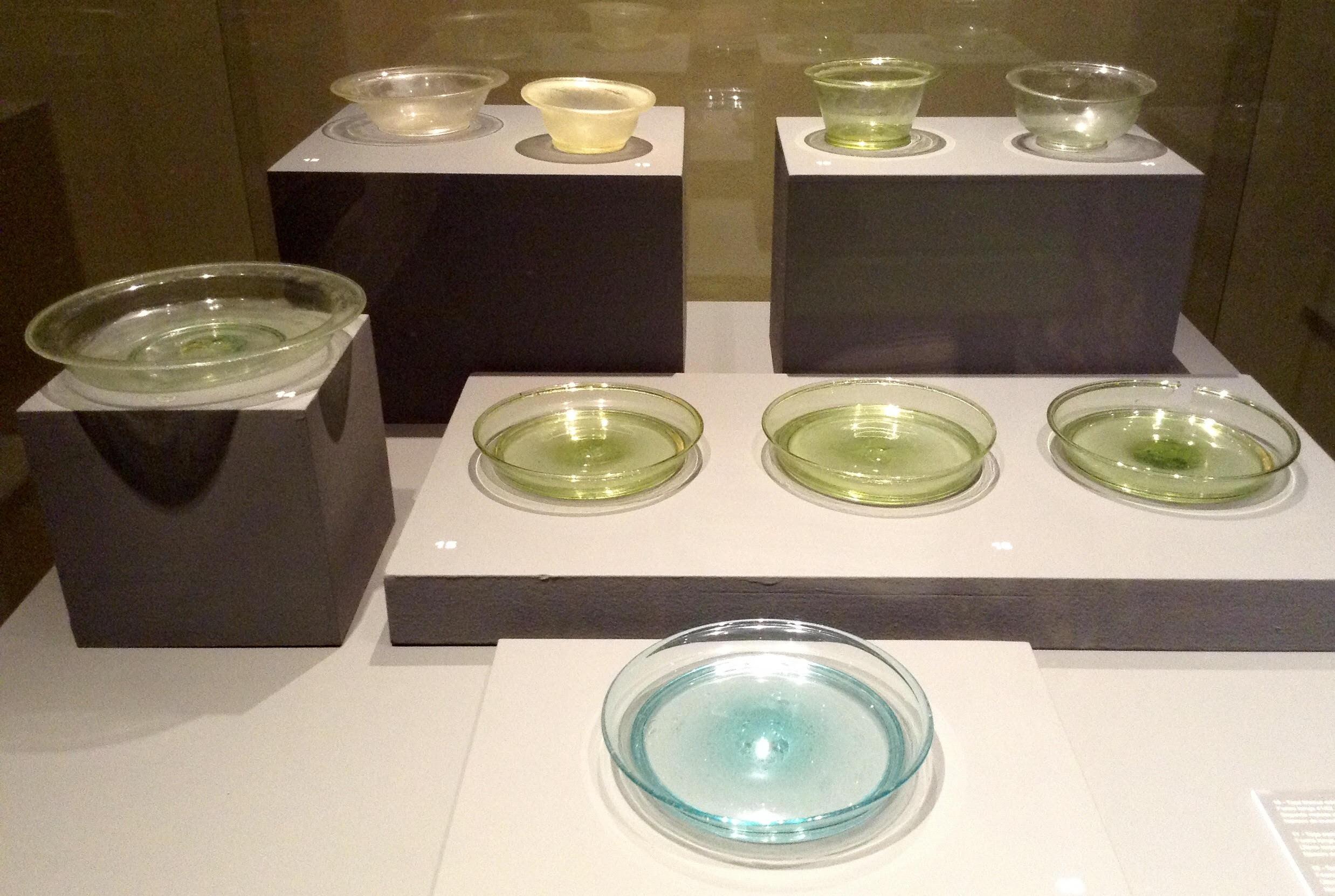 Piezas de cristal en excelente estado de conservación en el Museo Romano de Ammaia