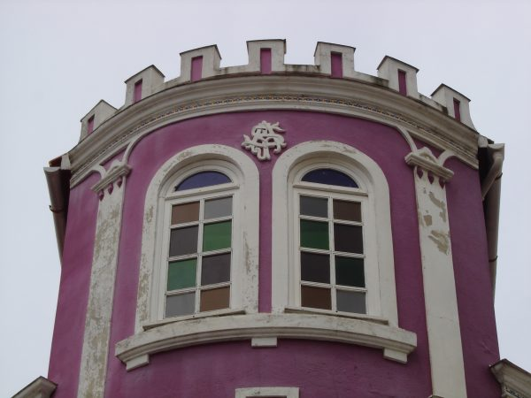 casa roja ventanas 1