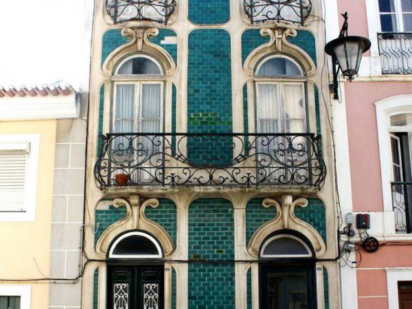 Fachada revestida en azulejo azul petróleo vidriado. Largo Dr. José Barbosa, 19