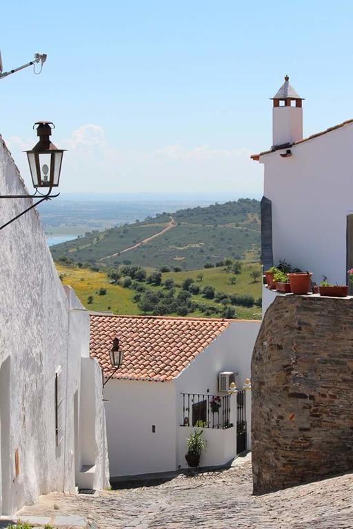 Calle empinada Monsaraz vistas