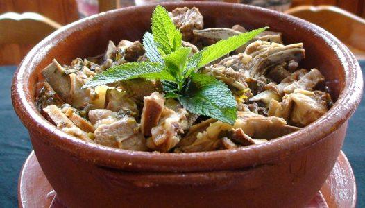 Cocina mediterránea, rural, pastoril y de ganadería extensiva que pasta en sus dehesas. Ejemplo de ello es el Borrego Ensopado Alentejano (cordero)