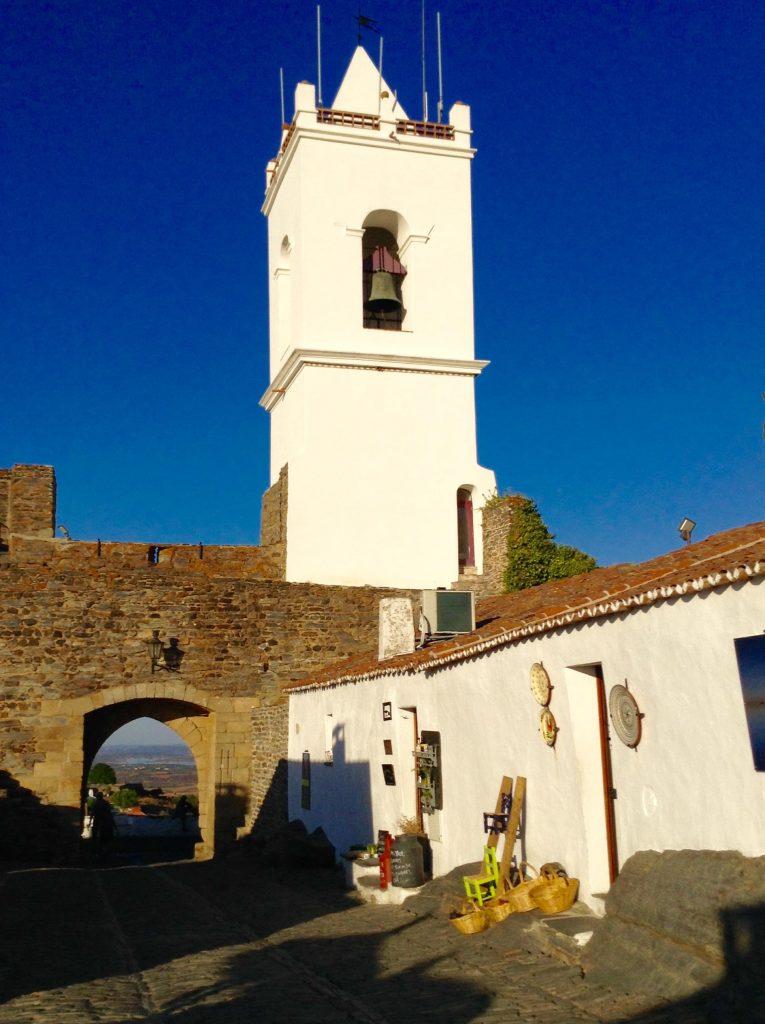 """Monsaraz tiene cuatro puertas de acceso. La más utilizada es """"Porta Velha"""" con su campanario al lado"""