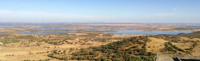 Vista panorámica de Monsaraz con el lago de Alqueva al fondo