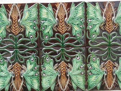 Azulejos con formas de mariposas y espiga de trigo