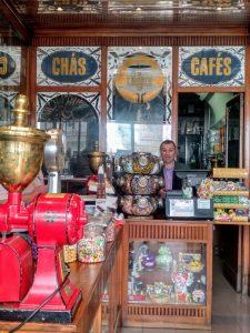 """""""A Carioca"""" centenaria tienda de cafés y tés. Su Té Gorreana de las Azores, es muy reputado"""
