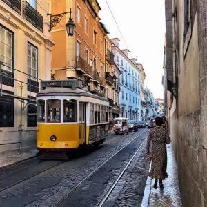 El tranvía 24 a su paso por la R. de São Pedro de Alcântara, camino de la Plaza de Luís de Camões, auténtico cruce de líneas de los tranvías lisboetas
