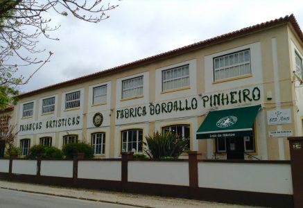 Fábrica de Faianças Artísticas Bordallo Pinheiro. Uno de sus accesos es por el parque romantico D. Carlos I