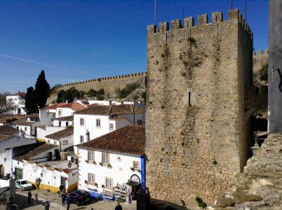 """Clasificada como Monumento Nacional, Óbidos es una pintoresca villa medieval que conserva todo su encanto secular """"absolutamente de postal"""". Se encuentra a una hora al noreste de Lisboa y a pocos kilómetros del Océano Atlántico"""