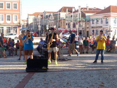 Músicos callejeros alegran las tardes