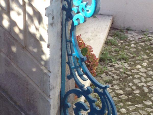 "Barandilla ""pecho de paloma"" de hierro forjado con motivos vegetales"