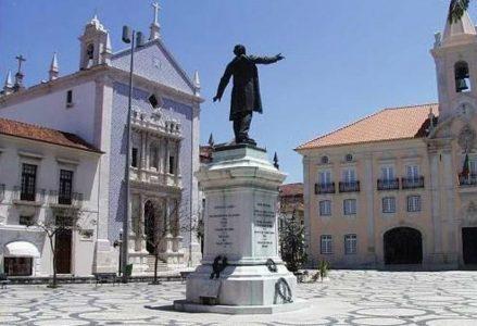 """Plaza de José Estevao. El escritor Eça de Queiroz, frecuentaba su """"palheiro"""" (casa de verano) en Costa Nova"""