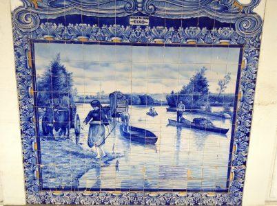Mosaico de azulejo que retrata imágenes costumbristas como estas Varinas y Moliçeiros