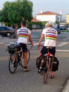 Pareja practicando ciclismo. Almograve