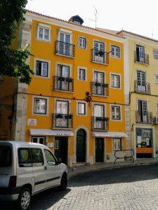 Copas con encanto y música por los pequeños bares de la Rua de São Marçal