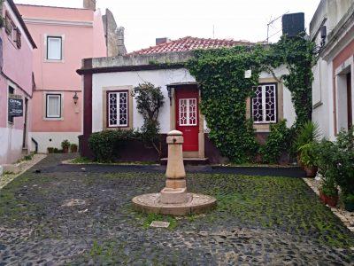 Hasta la ubicación de Procopio frente a este patio del siglo XVIII con su fuente y su suelo adoquinado resulta encantador
