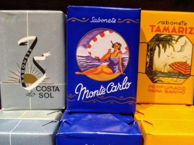 """Productos de siempre como estos jabones comercializados entre 1920 y 1960, con un sutil aroma floral envueltos en etiquetas centenarias, y reeditados en exclusiva para """"A Vida Portuguesa"""""""