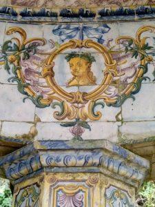 Detalle de la Pérgola de Quinta dos Azulejos. Formas inspiradas en la naturaleza (hojas, ramas y conchas) y en la mitología.