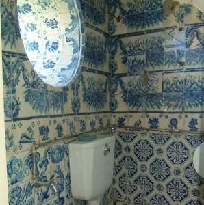 Creo que ningún decorador de interiores podría haber hecho mejor este aseo Horror Vacui