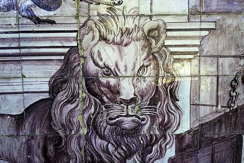 Azulejos formando la cabeza de un león