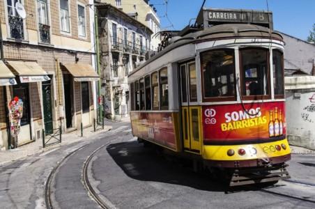 coloridos_tranvias_escalando_Lisboa